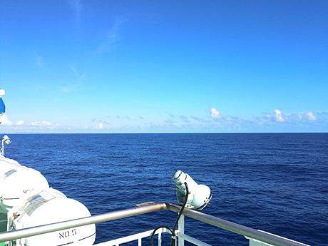 水平線が拡がる海の上の景色です。