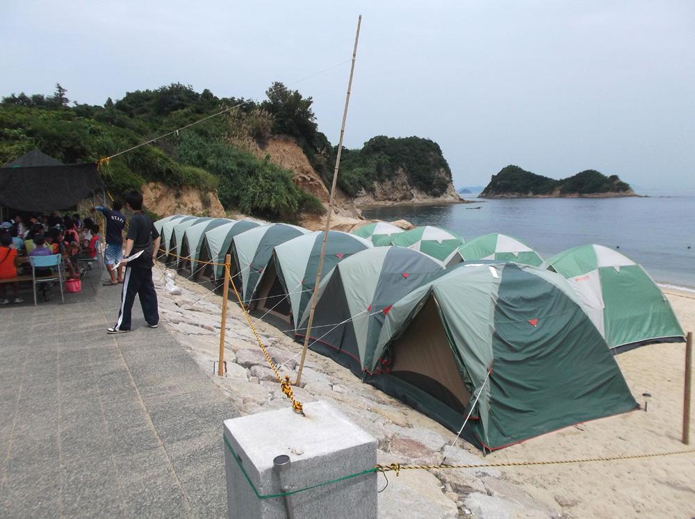 海岸にはいくつものテントが